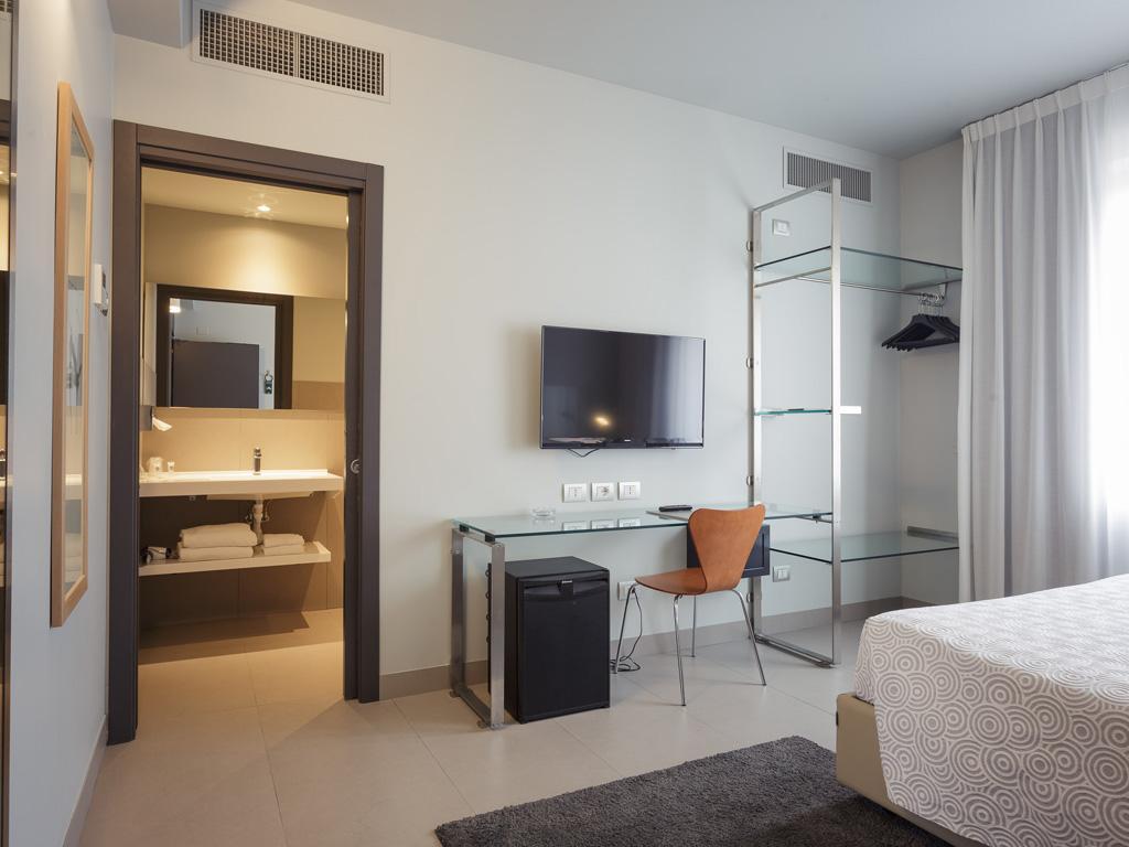 Camere arredate con gusto hotel verona for Camere arredate